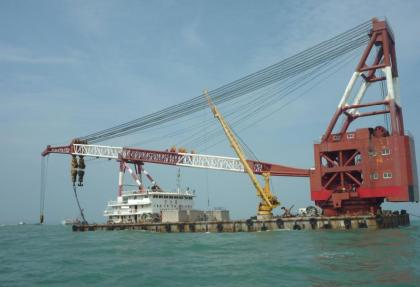 Sell used full revolving floating crane 600t all revolving crane barge 600 ton